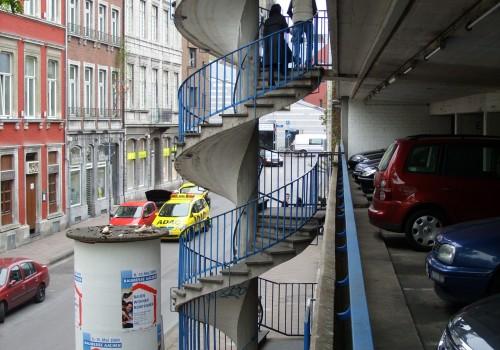 Парапет към кръгло бетоново стълбище